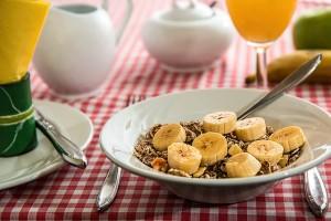 Ontbijtgranen met banaan en een glas verse jus d'orange